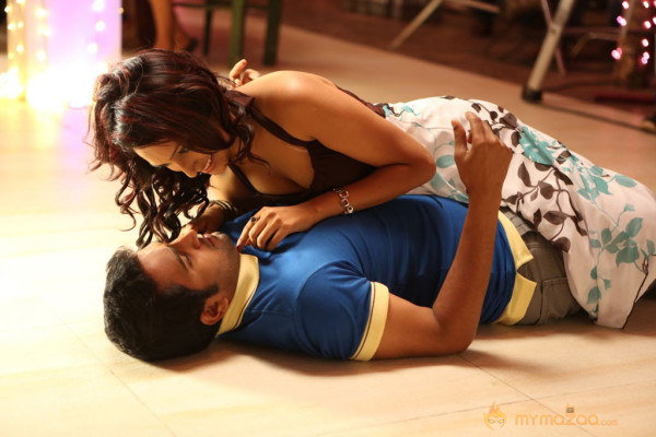 Endrendrum Punnagai Movie Stills